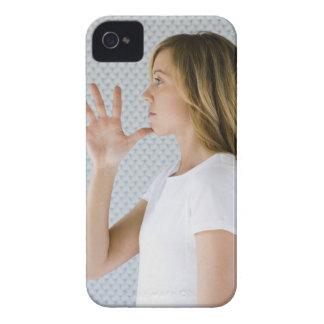 Offene Hand der Frauenholding zum Kinn iPhone 4 Etuis