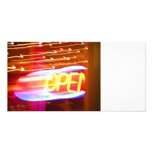 offenes unscharfes städtisches Foto des Neonlauten Foto Karten