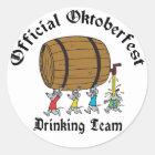 Offizielles Oktoberfest trinkendes Team Runder Aufkleber