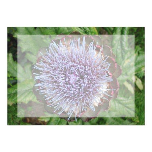 Öffnen Sie Artischocken-Blume. Purpurrot Ankündigungskarte