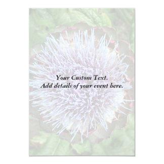 Öffnen Sie Artischocken-Blume. Purpurrot Einladung