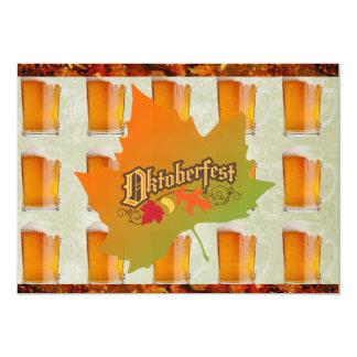 Oktoberfest Bier-Tassen-Herbstlaub Personalisierte Ankündigungskarte