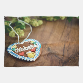 Oktoberfest gingerbread heart with hop on table handtuch