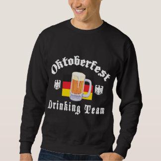 Oktoberfest trinkendes Team Sweatshirt