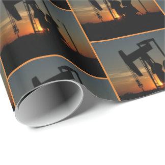Öl-Pumpen-Jack am Geschenkpapier