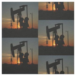 Öl-Pumpen-Jack am Sonnenuntergang Stoff