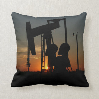 Öl-Pumpen-Jack am Sonnenuntergangthrow-Kissen Kissen