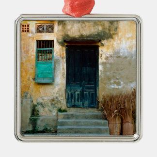 Old Vietnamese Wall Quadratisches Silberfarbenes Ornament