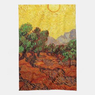 Olivenbäume mit gelbem Himmel und Sun Handtuch