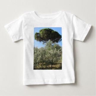 Olivenbäume mit Kiefer als Hintergrund Baby T-shirt