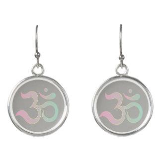 OM-Symbol im grauen Grau des Sanskrit Ohrringe