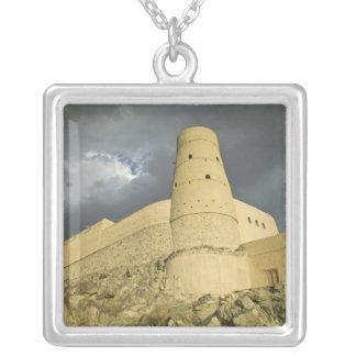 Oman, Western Hajar Berge, Bahla. Bahla Fort Versilberte Kette