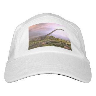 Omeisaurus, das in die Wüste durch Sonnenuntergang Headsweats Kappe