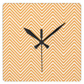 Orange abstraktes Zickzack Muster Quadratische Wanduhr