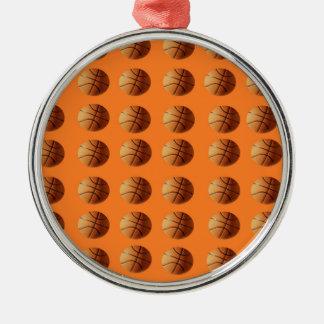 Orange Basketbälle auf orange Hintergrund, Silbernes Ornament