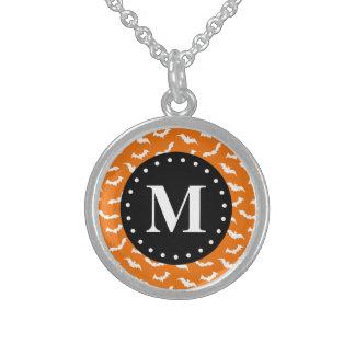 Orange Halloween-Schläger-Muster-Schwarz-Monogramm Sterling Silberkette