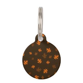 Orange Herbst-Eichen-Blätter gegen dunkles Brown Tiermarke