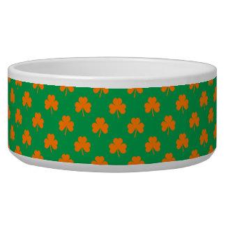 Orange Herz-Kleeblätter auf irischem grünem St Napf