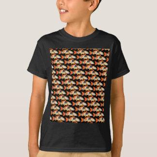 Orange koi Karpfen-Muster im Schwarzen T-Shirt