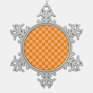 Orange Kombinations-Schachbrett durch Schneeflocken Zinn-Ornament