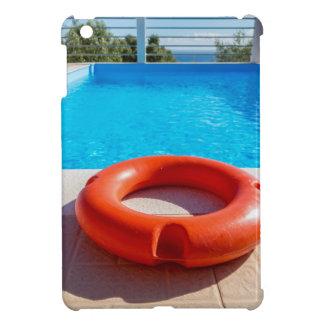 Orange Lebenboje am blauen Swimmingpool iPad Mini Hülle