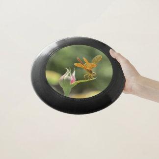 Orange Libelle auf rosa Rosenknospe Wham-O Frisbee