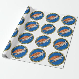 Orange Meeresschildkröteschwimmen mit einem Geschenkpapier