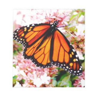 Orange Monarch auf rosa Blumen Notizblock
