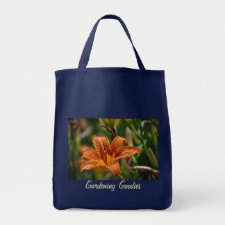 Orange Taglilie u. Regentropfen-im Garten Tragetasche
