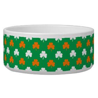 Orange u. weißer Herz-Klee auf grünem St Patrick Napf