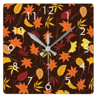 Orange und gelber Herbstlaub auf Brown-Wand-Uhr Quadratische Wanduhr
