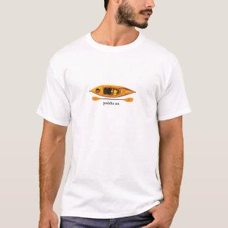 Orange und gelber Kajak mit Paddel an T-Shirt