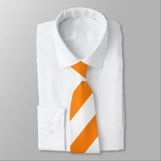 Orange und weiße gestreifte Krawatte