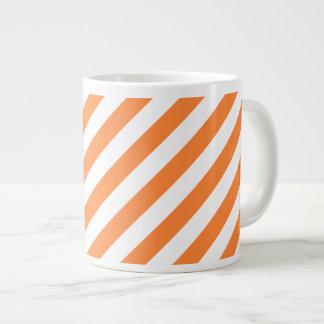 Orange und weißes diagonales Streifen-Muster Jumbo-Tasse