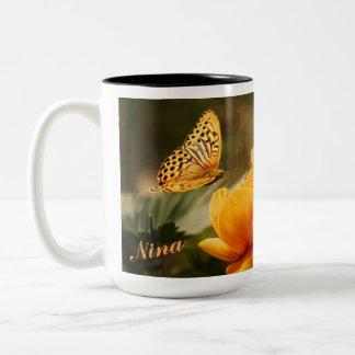 OrangeButterfly, orange Blumen Zweifarbige Tasse