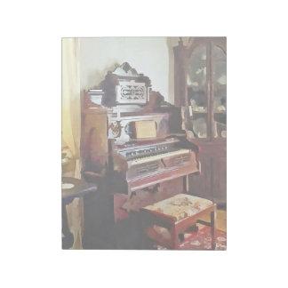 Organ im viktorianischen Wohnzimmer mit Vase Notizblock