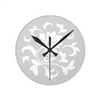 Orientalische Blume - silbernes Kreismuster Runde Wanduhr