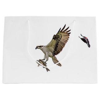 Osprey, der durch eine rotgeflügelte Amsel gejagt Große Geschenktüte