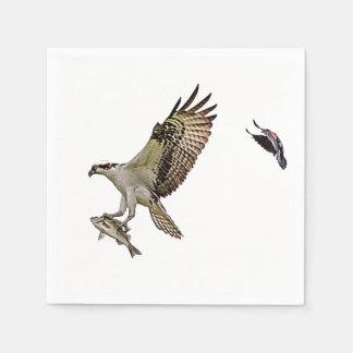 Osprey, der durch eine rotgeflügelte Amsel gejagt Papierservietten