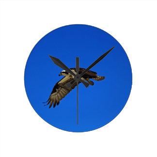 Osprey im Flug II Runde Wanduhr