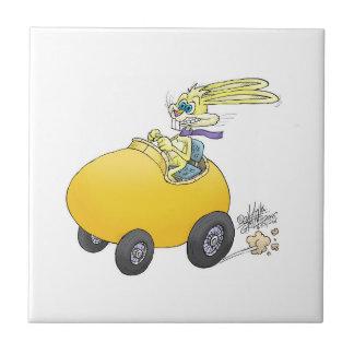 Osterhase, der ein Osterei fährt! .jpg Kleine Quadratische Fliese