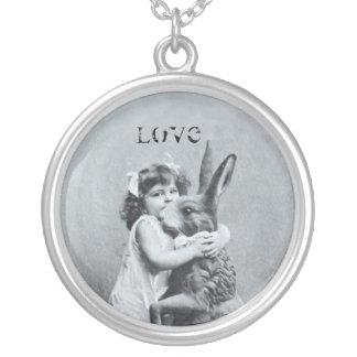Osterhasen-Mädchen-Antiken-Postkarten-Liebe Halskette Mit Rundem Anhänger