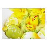 Ostern-Küken mit Narzissen Grußkarte