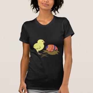 Ostern-Küken und gemaltes Ei T Shirts