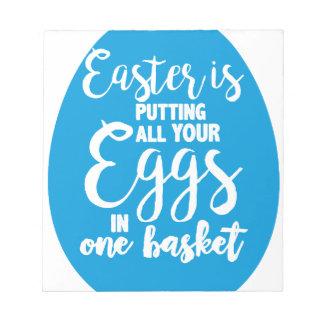 Ostern setzt alle Ihre Eier in einen Korb ein Notizblock