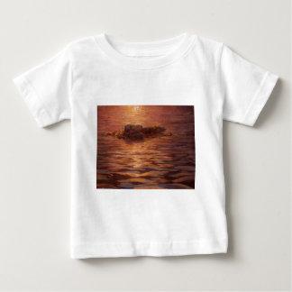 Otter, die am Sonnenuntergang schwimmt mit Kelp Baby T-shirt