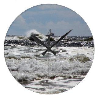Ozean-große Uhr mit Schiffs-kämpfenden Wellen