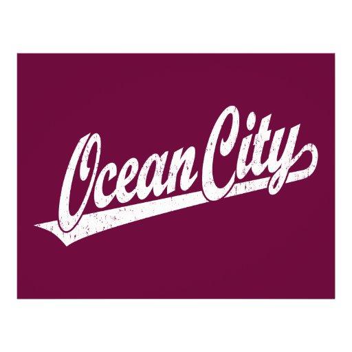 Ozean-Stadtskriptlogo im Weiß beunruhigt Flyerdesign
