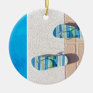 Paare Pantoffel am Rand des Swimmingpools Rundes Keramik Ornament