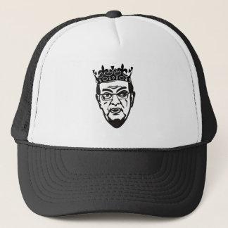 Paavo Väyrynen kruunu päässä - lippis Truckerkappe